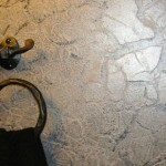 Crackled metallic plaster